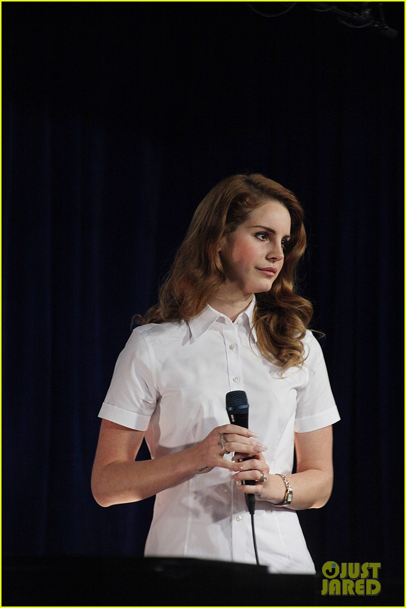 lana del rey amoeba music hollywood signing 12
