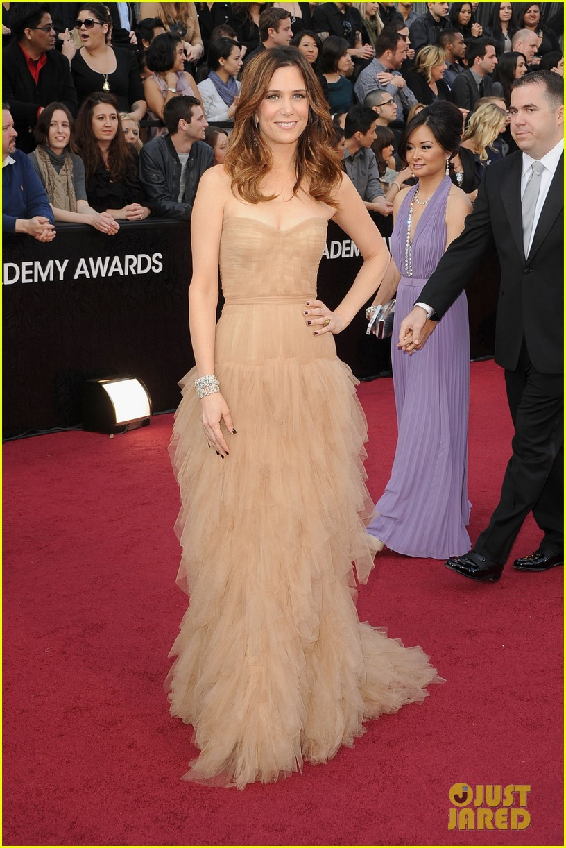 kristen wiig 2012 oscars red carpet 04