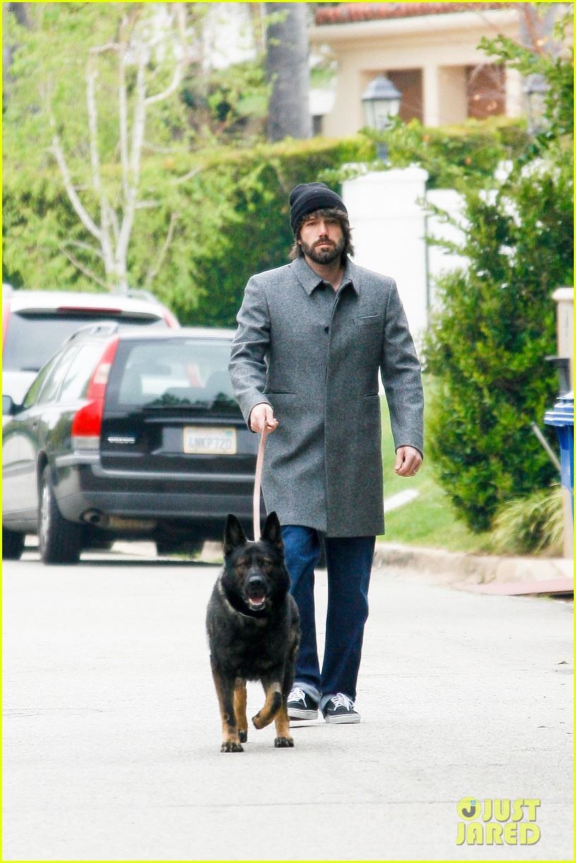 ben affleck dog walk 04