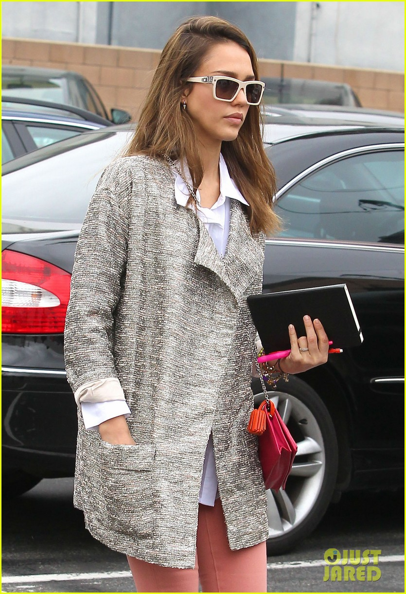 jessica alba rainy flight 042642542