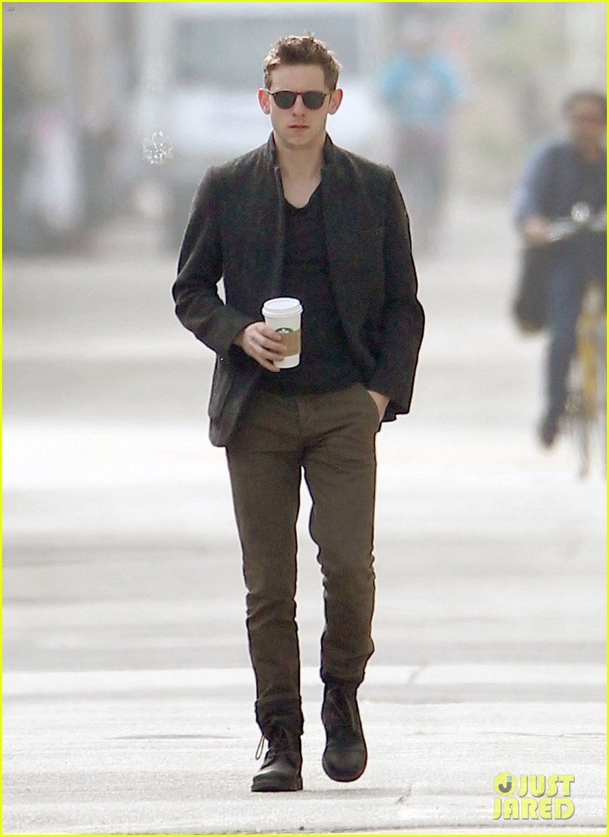 jamie bell solo venice stroll 01