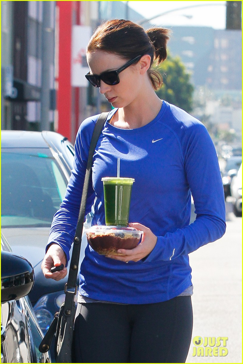 emily blunt green smoothie 05