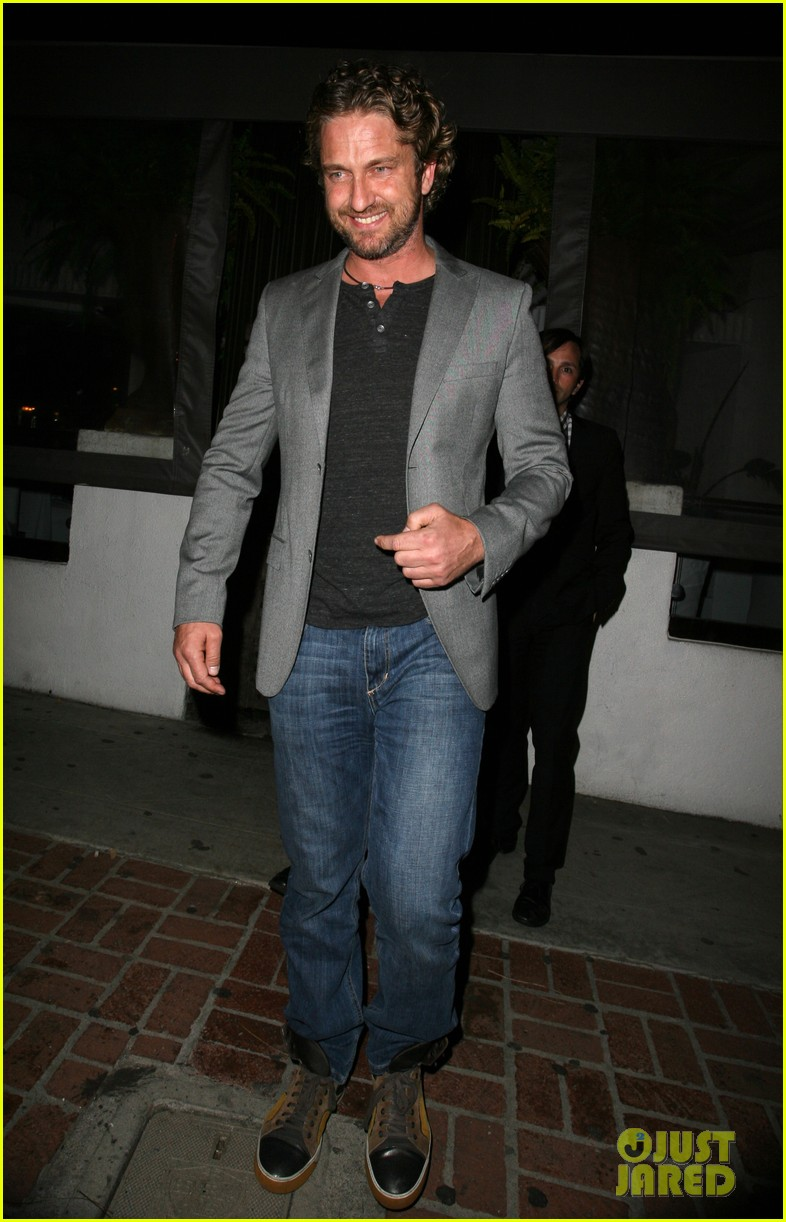 gerard butler nightclub smile 05