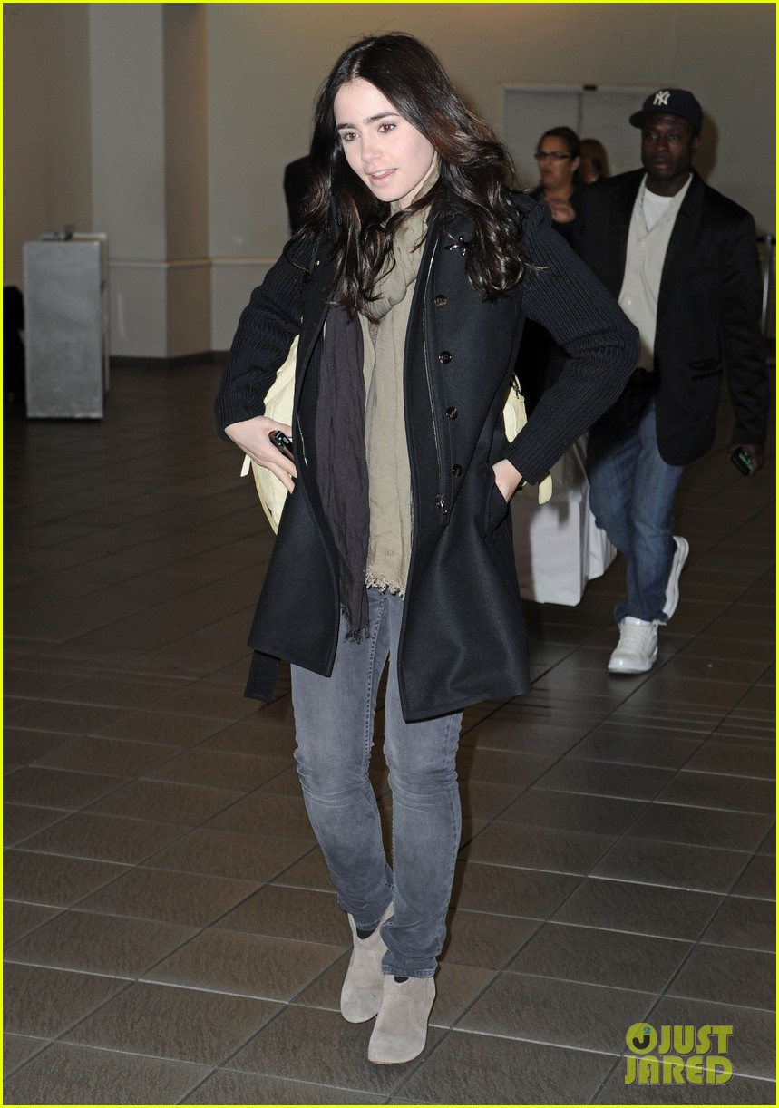 lily collins airport 042642924