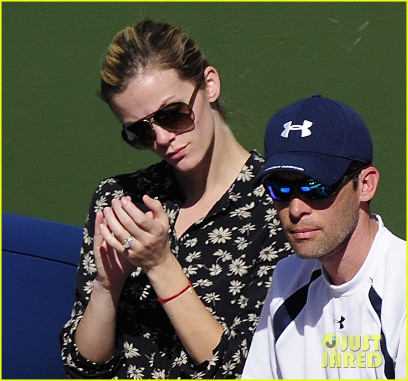 brooklyn decker watching andy roddick tennis match 01