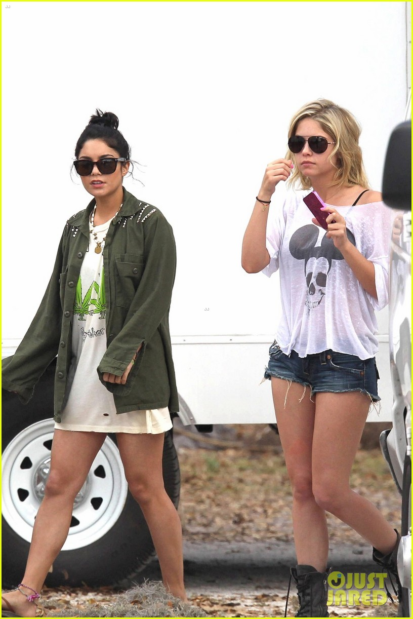 vanessa hudgens drink spring breakers 03
