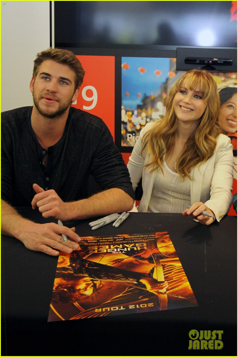 jennifer lawrence wraps the hunger games mall tour 05