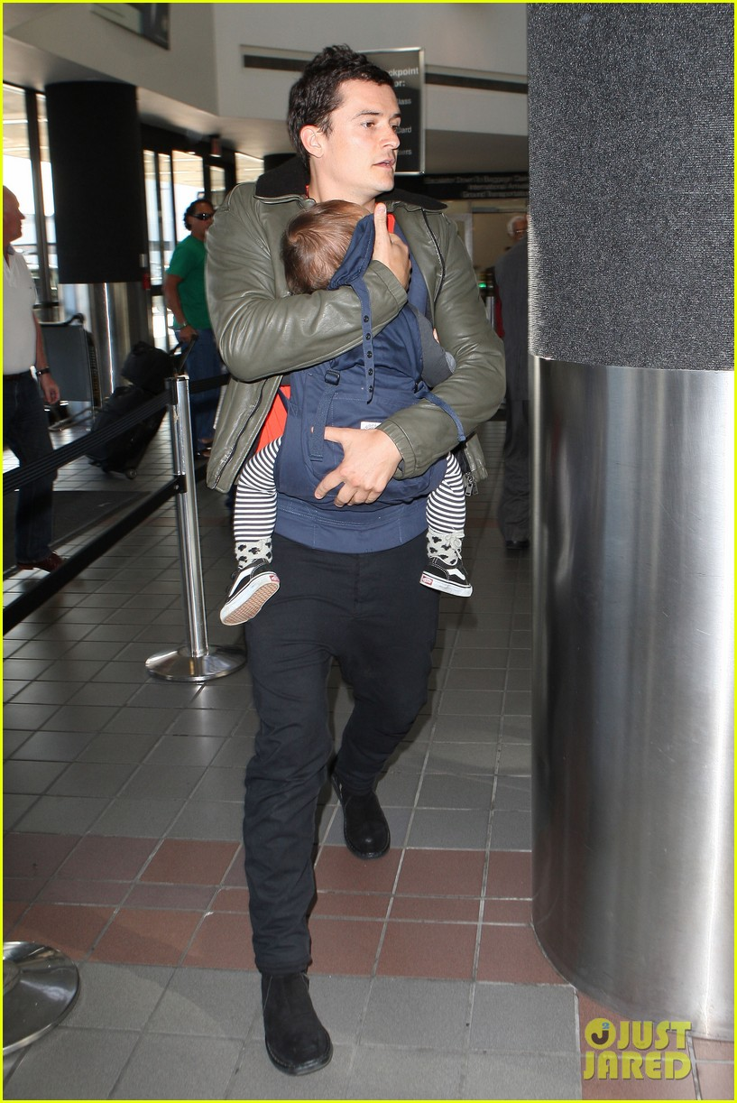 orlando bloom flight with flynn 102636052