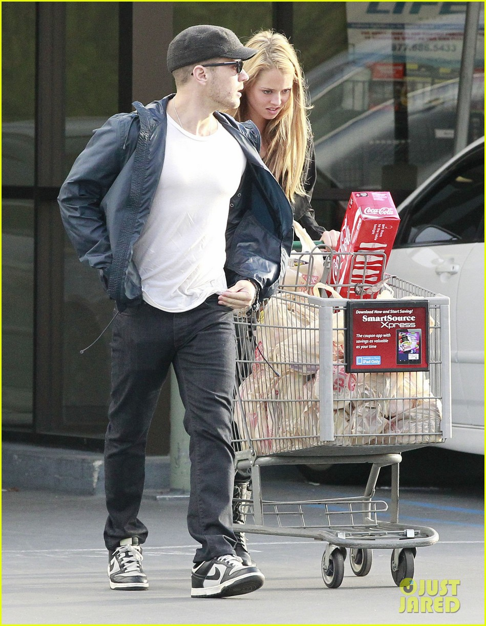 ryan phillippe grocery shopping with a mystery gal 012639980