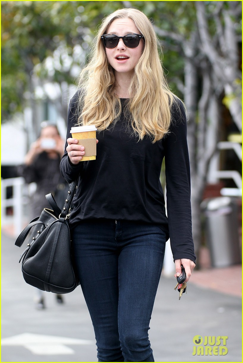 amanda seyfried leaving fred segal 09