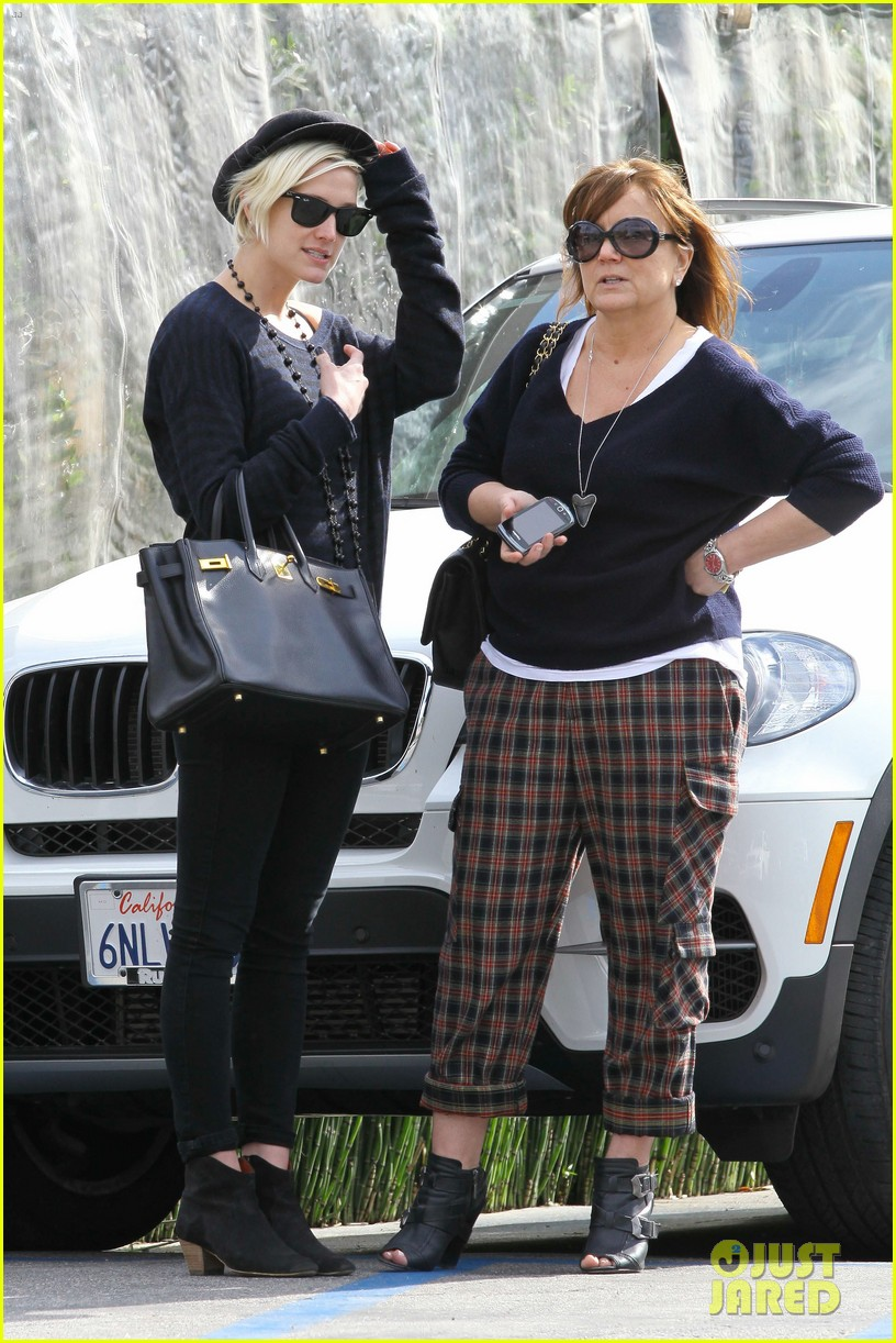 ashlee simpson lunch mom tina 04