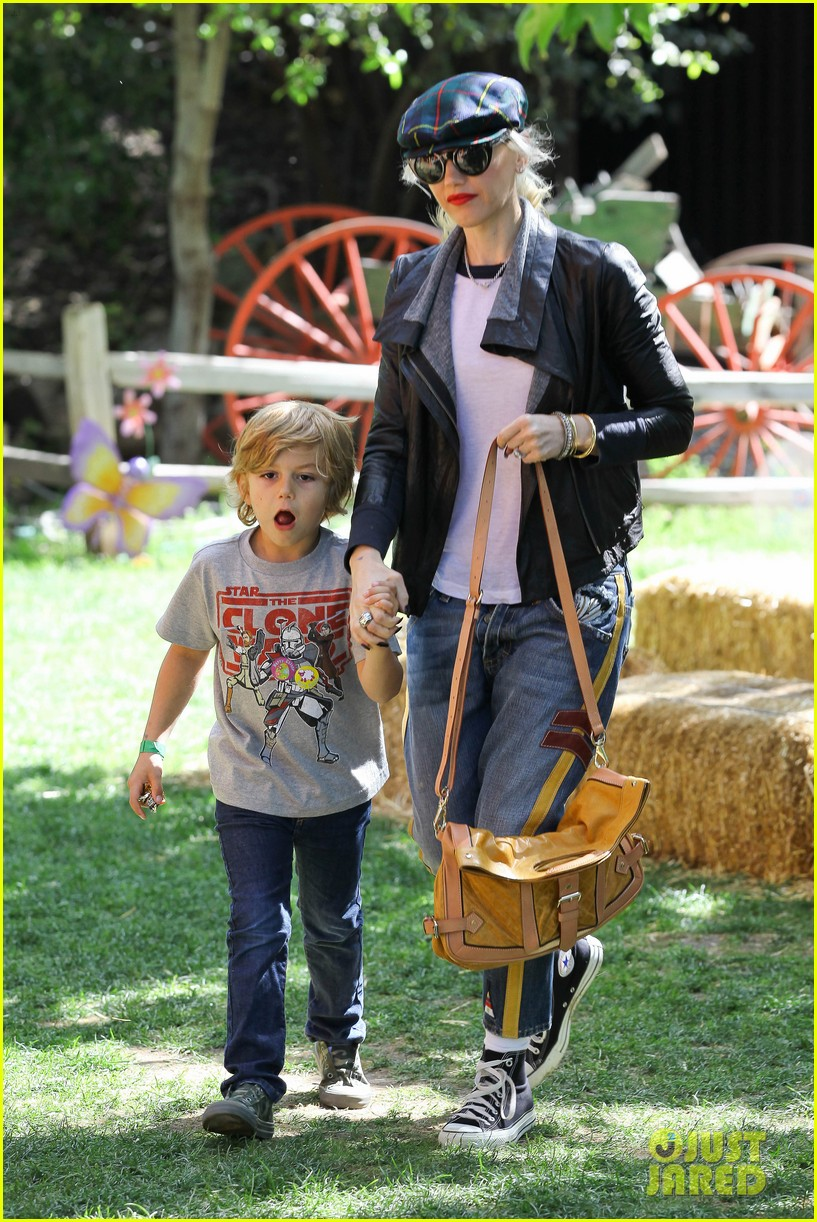 gwen stefani easter egg hunt 01
