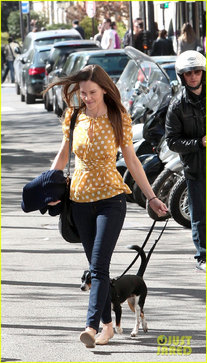 Hilary Swank Dog Walker 02