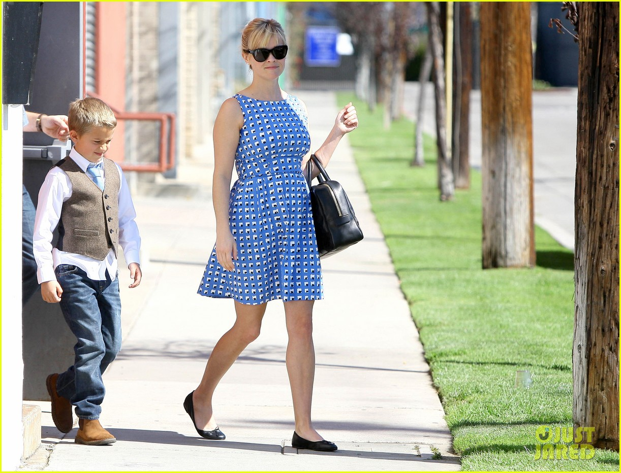 reese witherspoon family church outing 01