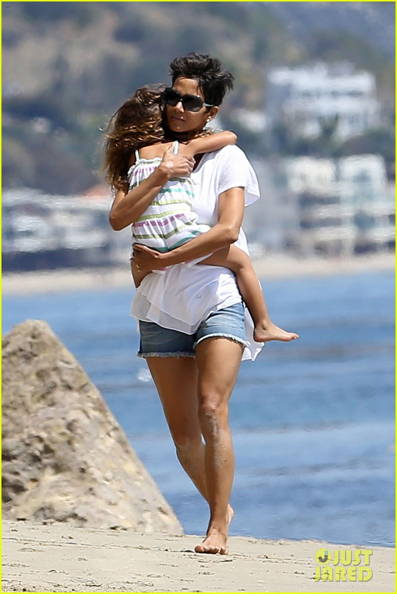 halle berry olivier martinez malibu beach time with nahla 04