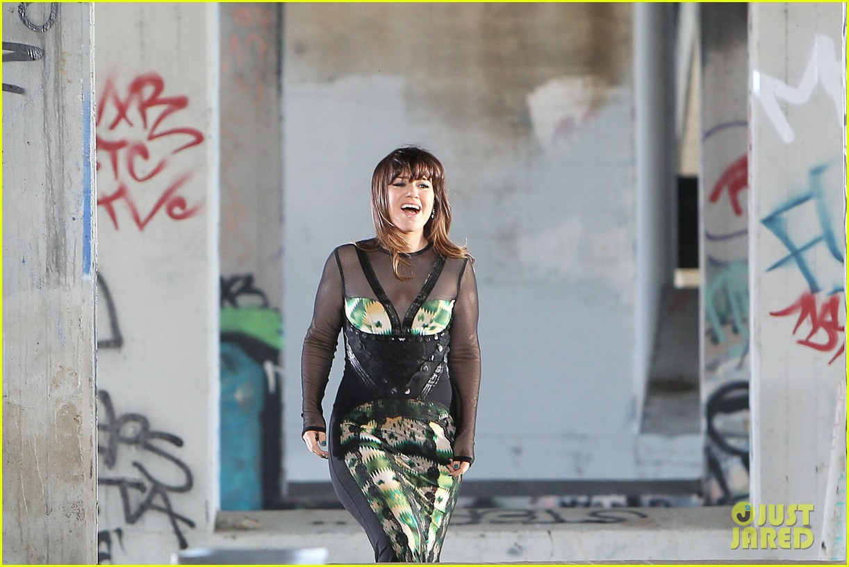 kelly clarkson dark side video shoot 10