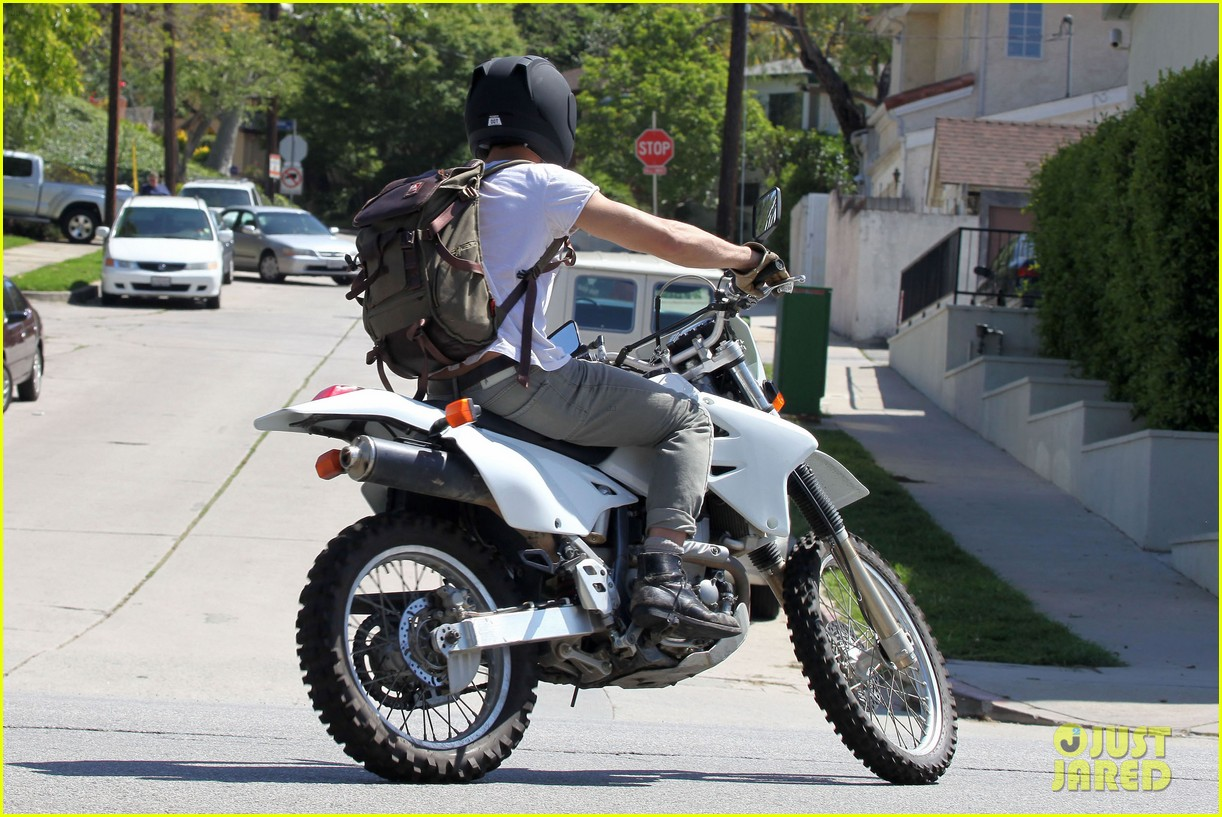 Full Sized Photo of ryan gosling bike 11 | Photo 2655343 | Just Jared