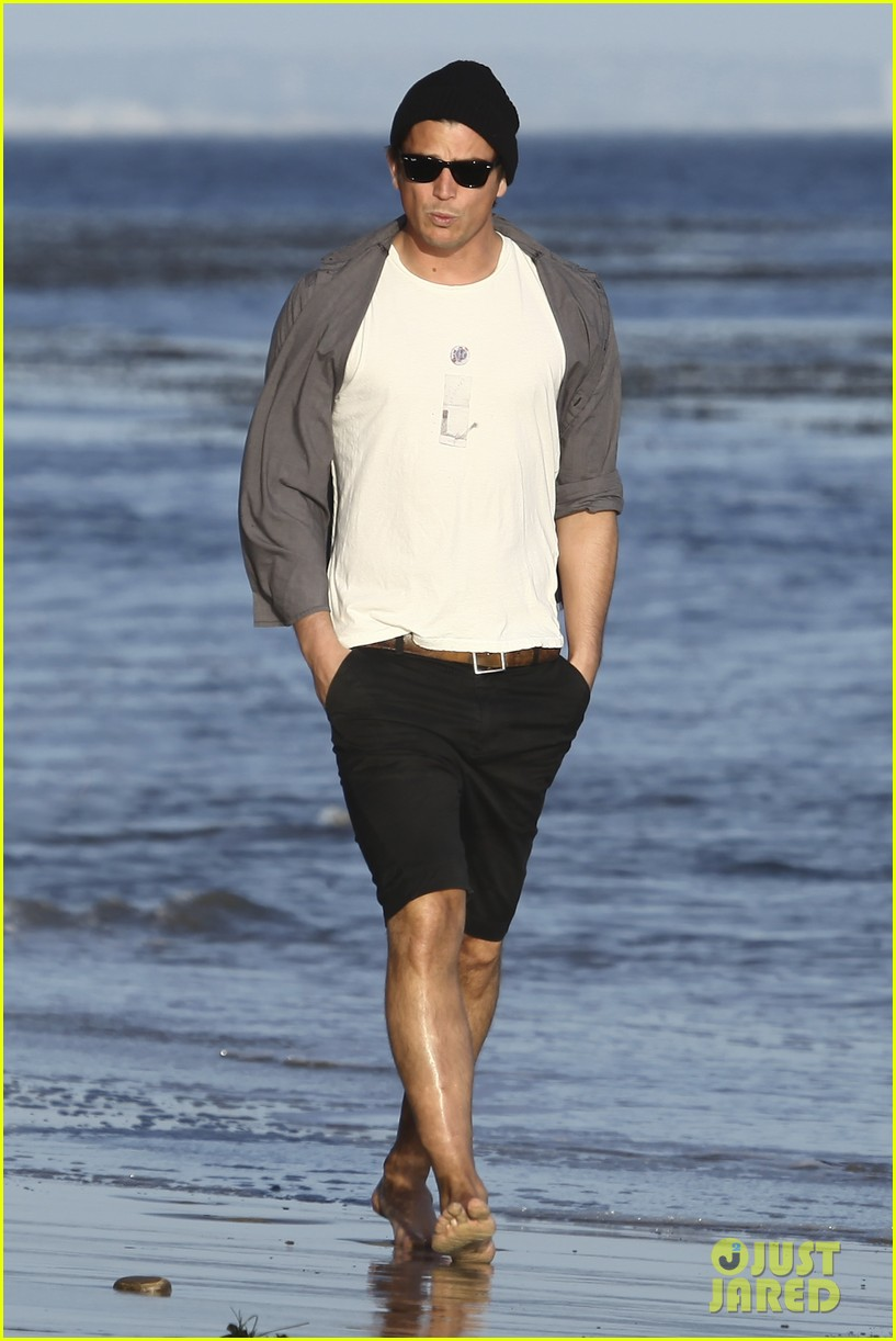 josh hartnett barefoot beach stroll 06