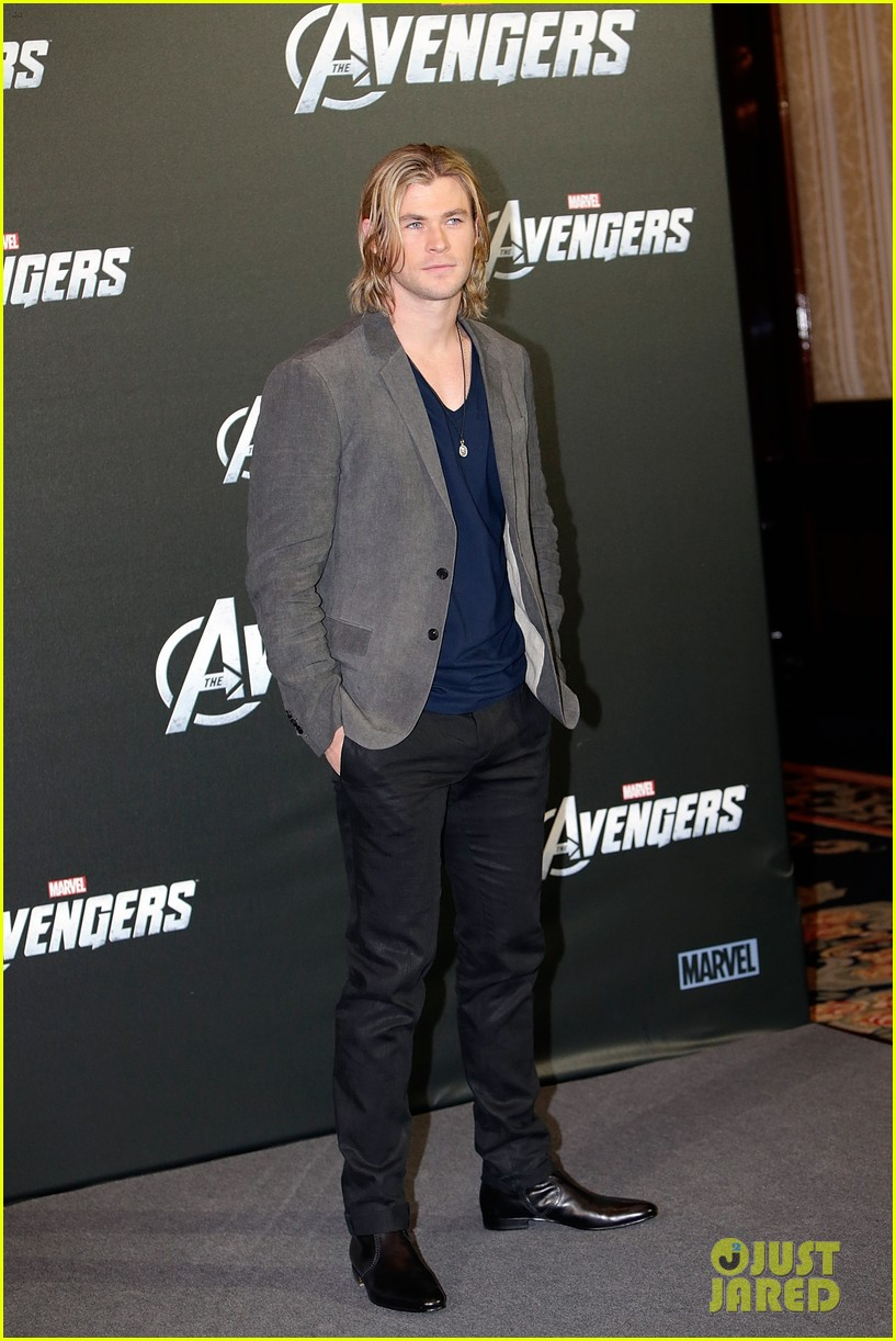 chris hemsworth tom hiddleston avengers berlin photo call 02