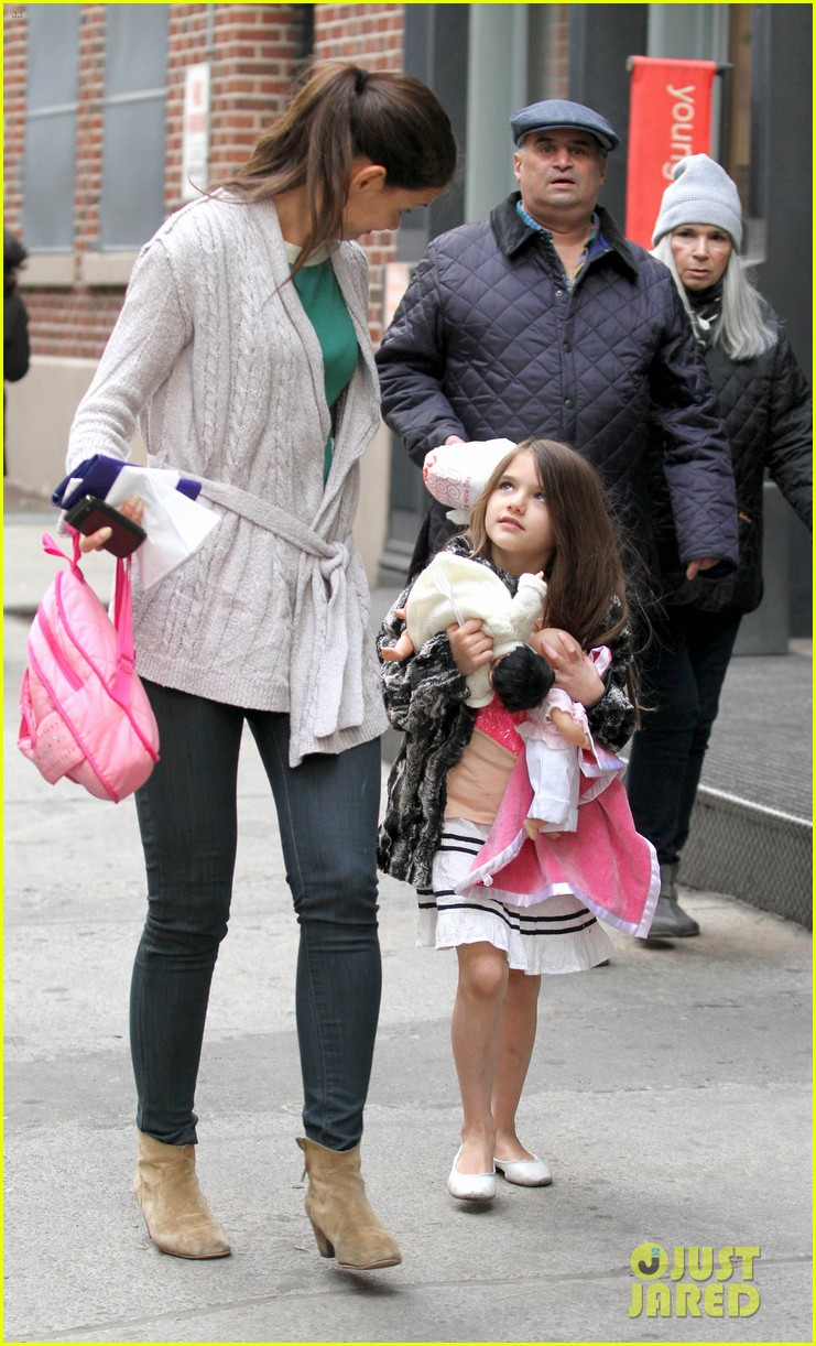 suri cruise sticks tongue out at katie holmes 03