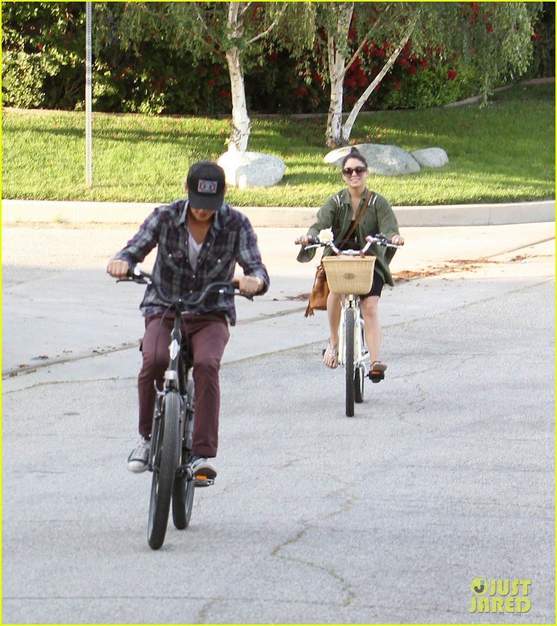 vanessa hudgens bike riding with austin butler 01