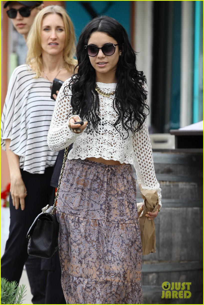 vanessa hudgens lunch with austin butler mom 17