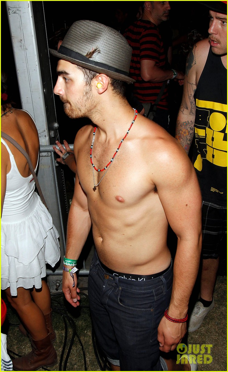 joe jonas coachella shirtless 02