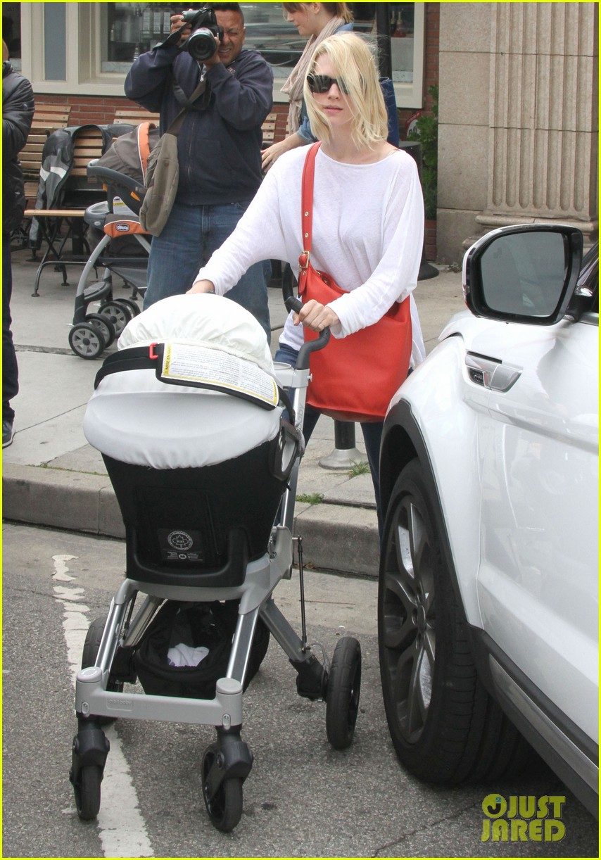 january jones lunch with baby xander 11