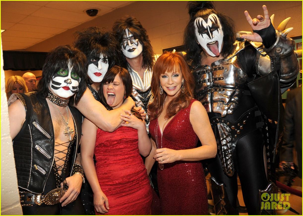 kelly clarkson kiss backstage acm 04