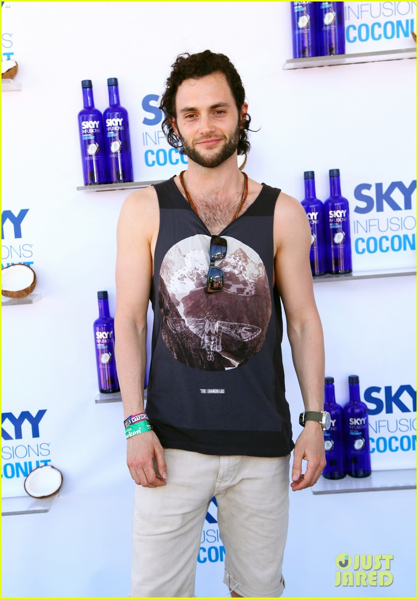 zoe kravitz penn badgley coachella couple 09