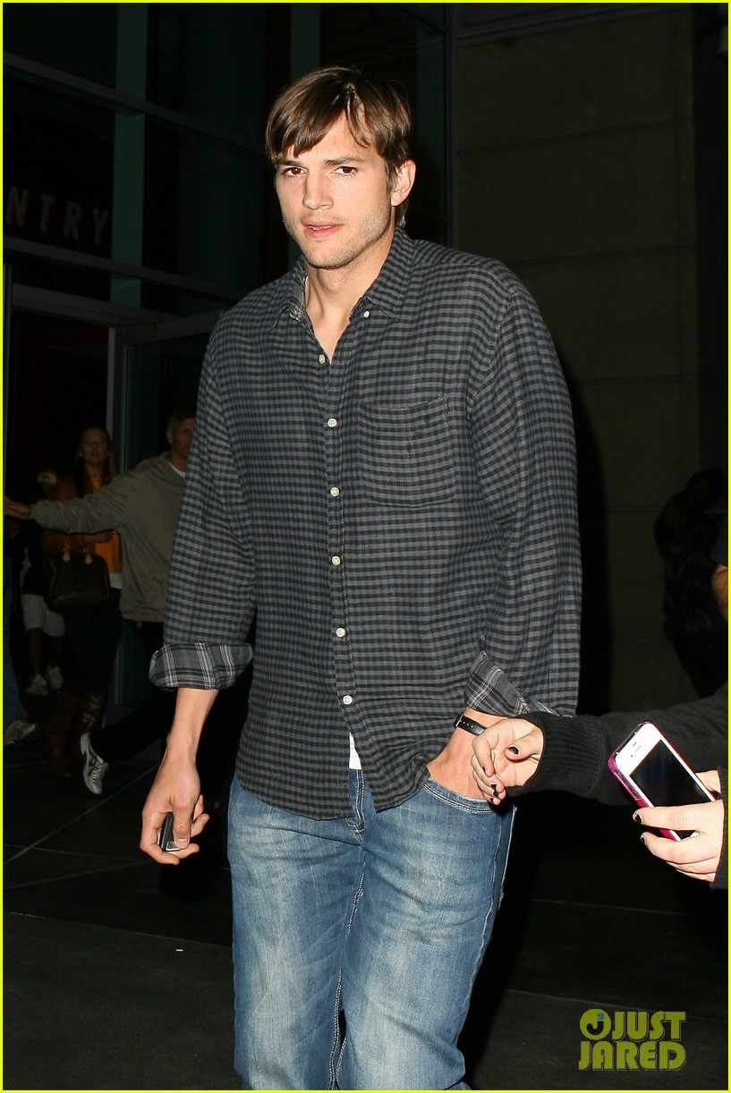 ashton kutcher cheers on the lakers 05