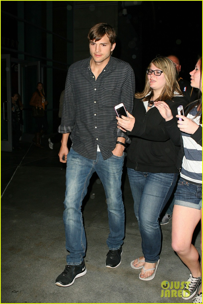 ashton kutcher cheers on the lakers 062644948