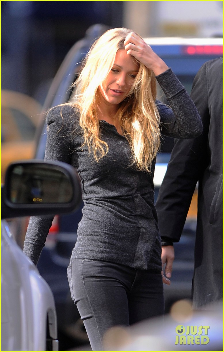 blake lively crossing street nyc 012644743