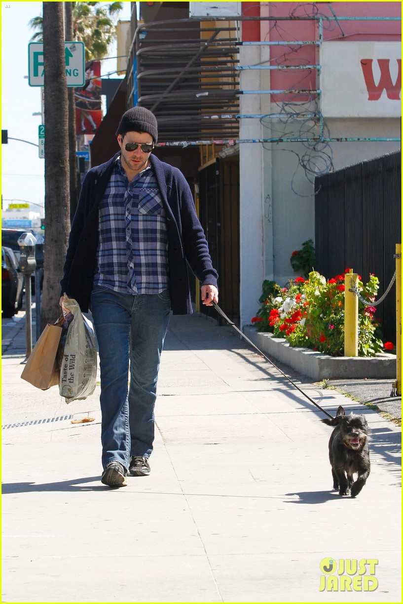 zachary quinto doggie errands 02