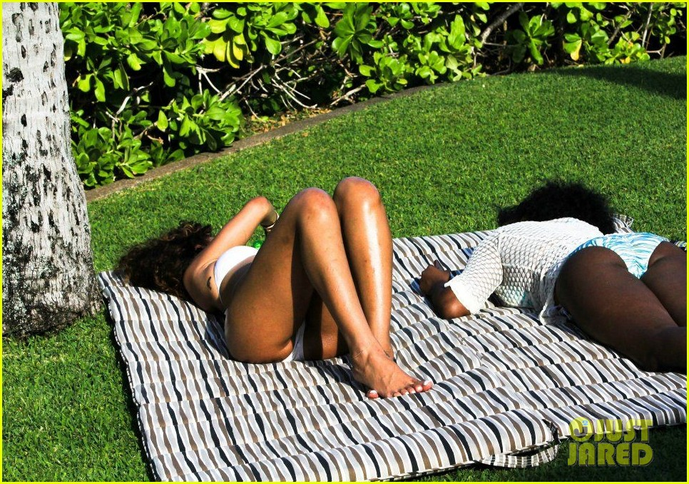 rihanna topless hawaii 013