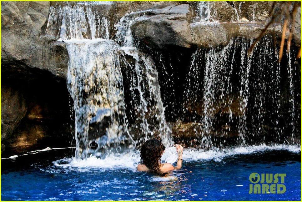 rihanna topless hawaii 1122649941