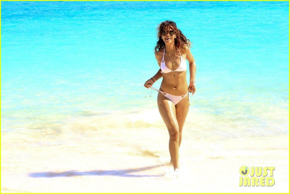 rihanna topless hawaii 157
