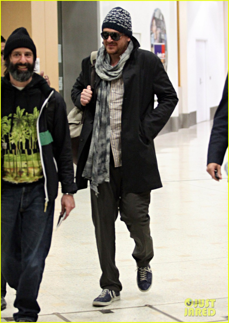 jason segel landing in sydney 07