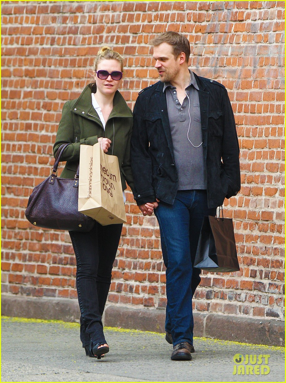 julia stiles david harbour shopping 02