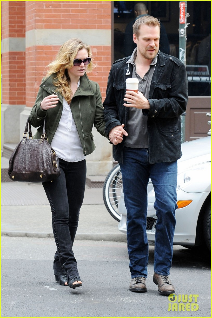 julia stiles david harbour shopping 09
