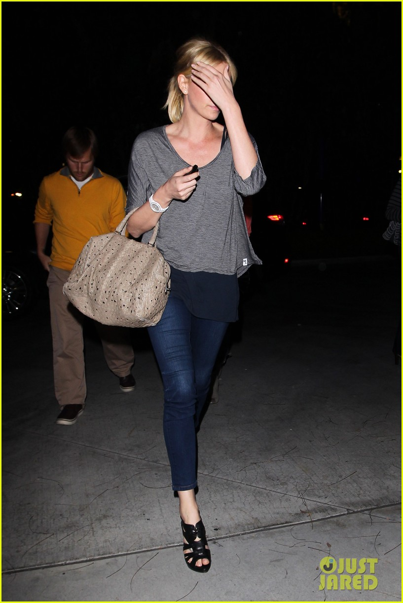 charlize theron lakers game with mom 062650461