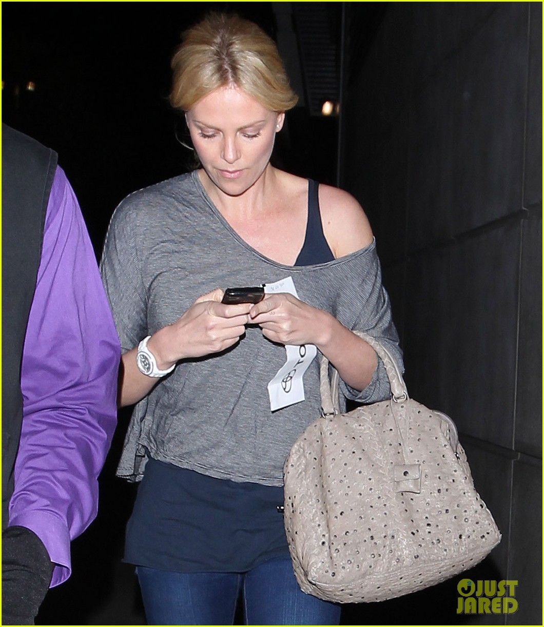 charlize theron lakers game with mom 10