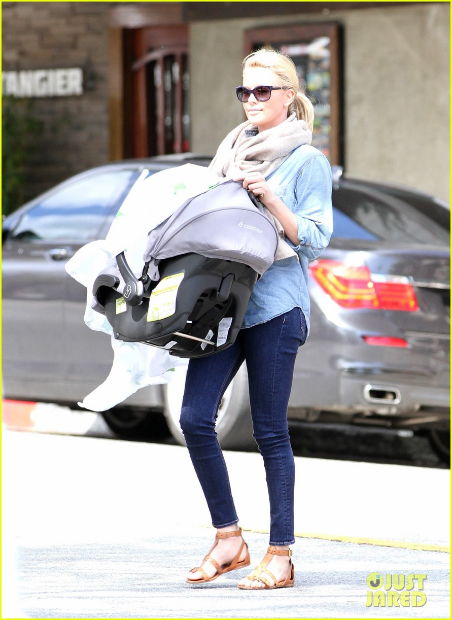 charlize theron little doms lunch with baby jackson 10