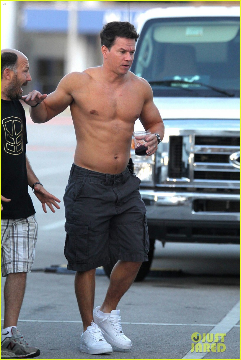 mark wahlberg shirtless break between scenes 042651210