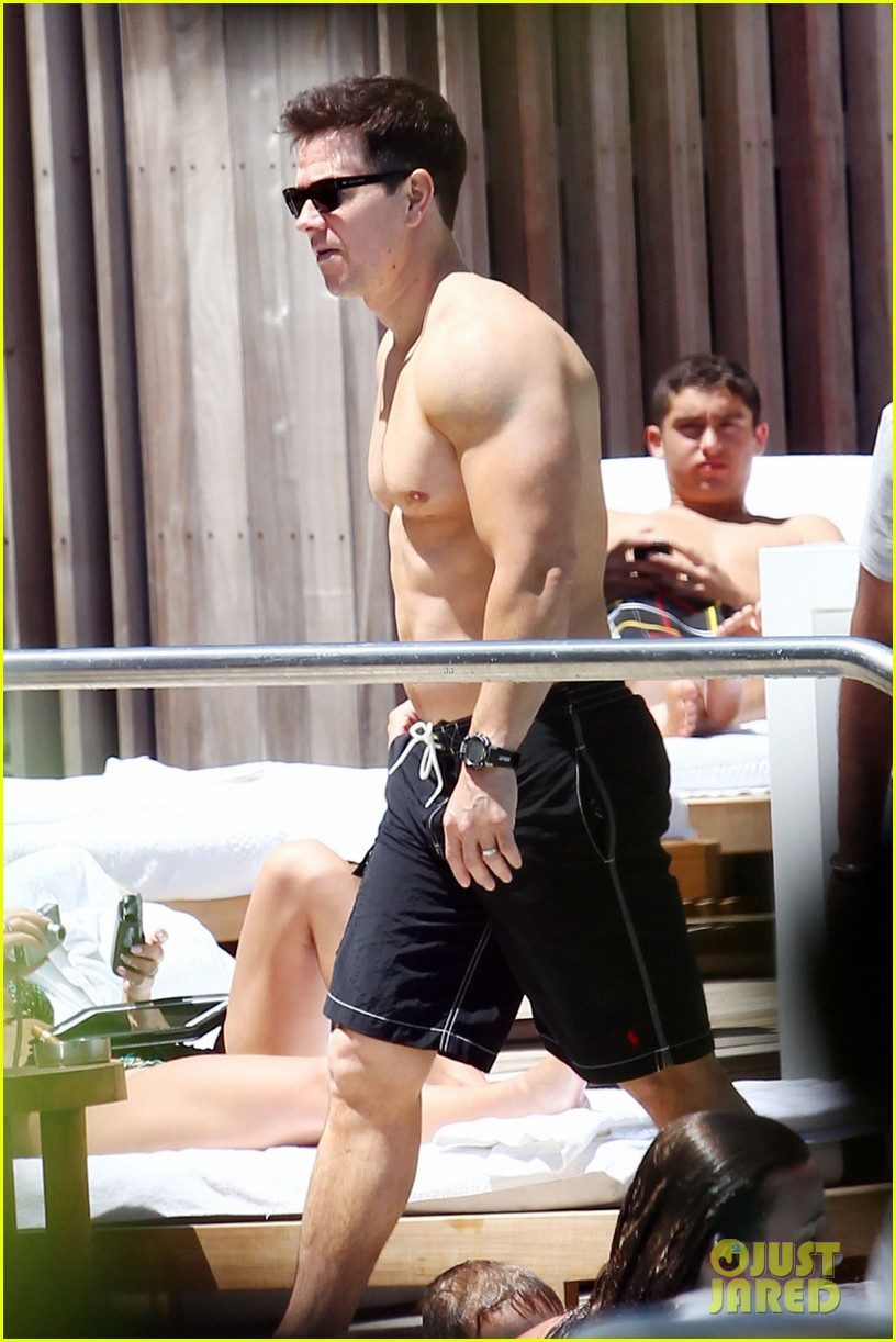 mark wahlberg shirtless pool 03