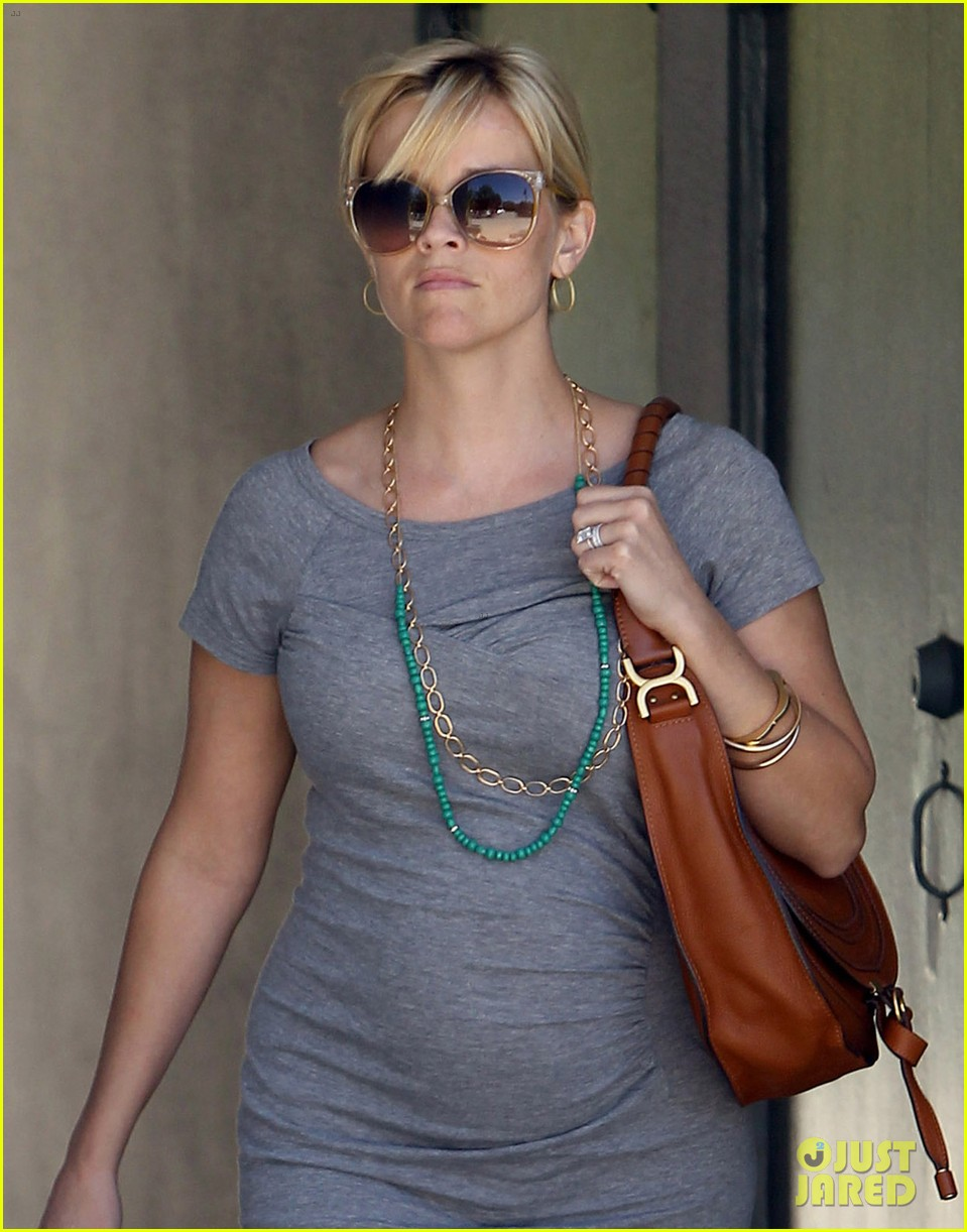 pregnant reese witherspoon office 04