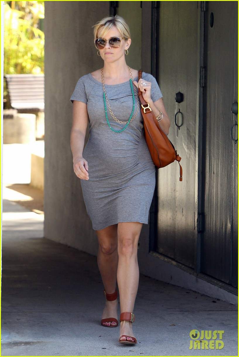pregnant reese witherspoon office 06
