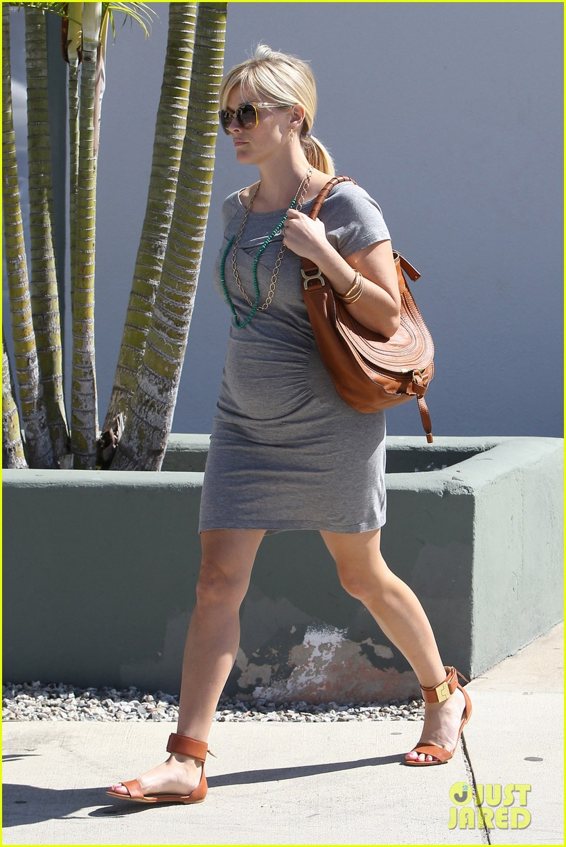 pregnant reese witherspoon office 072650342