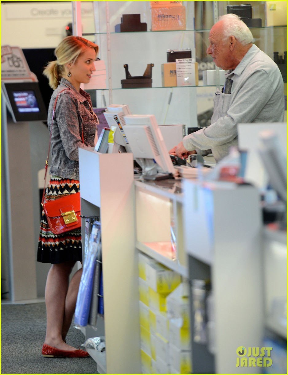dianna agron camera shopping 03