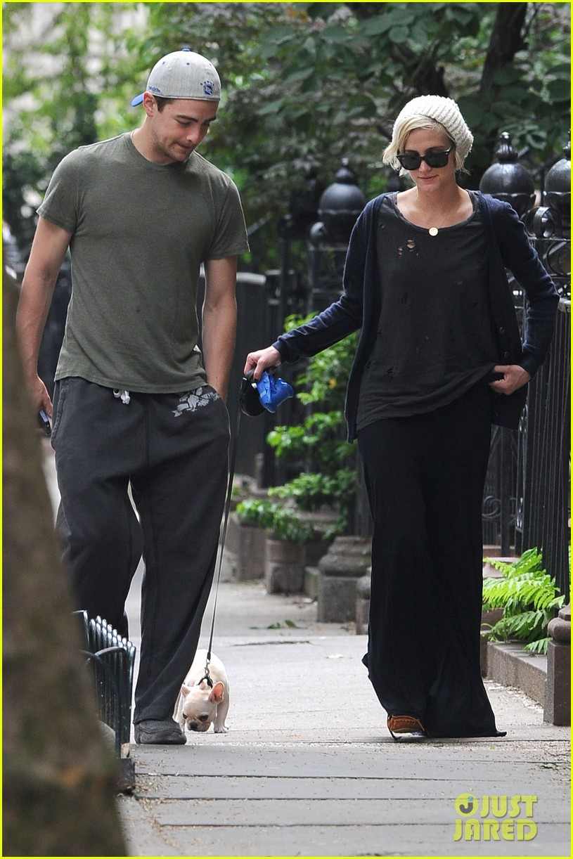 ashlee simpson vincent piazza dog walk 02